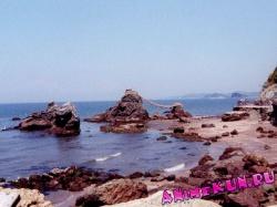 Мэото Ива. В отлив море отступает от земли вокруг камней