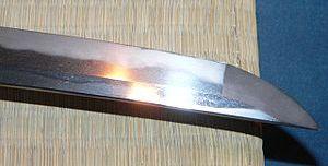 Клинок XVI века. Хорошо виден слабоволнистый узор хамон и менее выраженный уцури вблизи обуха.