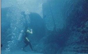 Гигантские блоки правильной формы разбросаны у основания подводного скального города недалеко от острова Йонагуни
